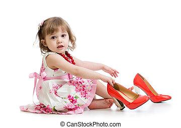 petite fille, momie, essayer, chaussures