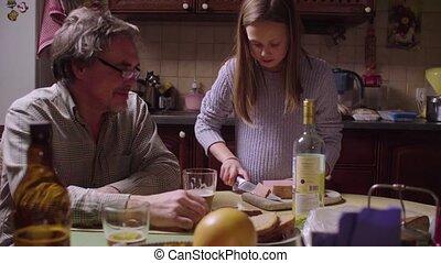 petite-fille, papy, cuisine