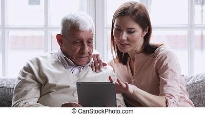 petite-fille, papy, tablette, plus vieux, utilisation, développé, numérique, haut, enseignement