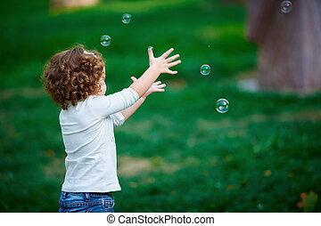 petite fille, parc, attraper, bulles, savon