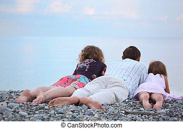 petite fille, pierreux, famille heureuse, plage, dos couchant