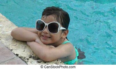 petite fille, piscine, heureux