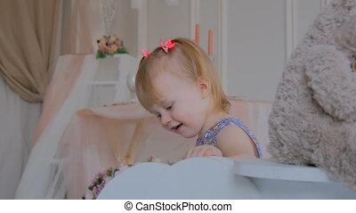 petite fille, poupée, bois, cheval blanc, ours, balancer, jouer