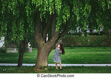 petite fille, près, les, arbre