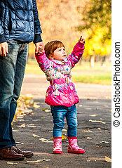 petite fille, promenades, à, mon, papa, indiquer, quelque chose, dans parc