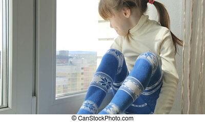 petite fille, rebord fenêtre