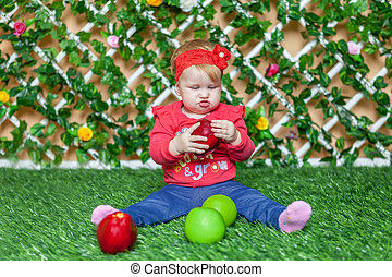 petite fille, séance dans parc, herbe, dans, a, ensoleillé, jour été, et, jouer, à, apples.
