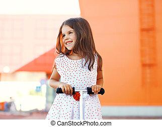 petite fille, scooter, dehors, amusement, portrait, sourire, avoir, heureux