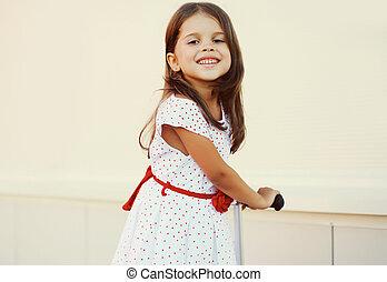 petite fille, scooter, dehors, amusement, portrait, sourire, avoir