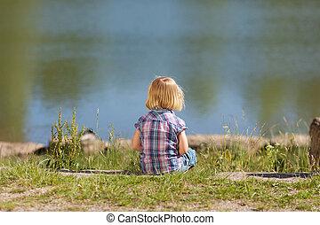 petite fille, seul, à, les, lac