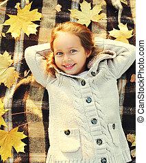 petite fille, sommet, ensoleillé, jaune, jour, automne, mensonge, pousse feuilles, enfant, amusement, portrait, sourire heureux, avoir, érable, vue