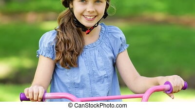 petite fille, sourire, appareil photo