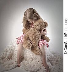 petite fille, tenir ours nounours, triste