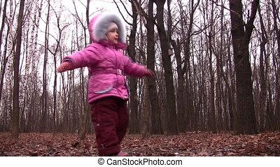 petite fille, tourner, dans, hiver, parc