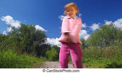 petite fille, tourner, rond, dans parc