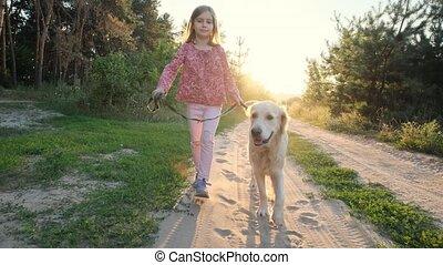 petite fille, traquer promenade