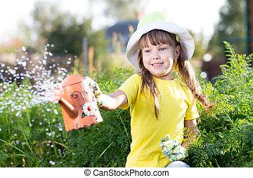 petite fille, usines arrosage, dans, a, jardin