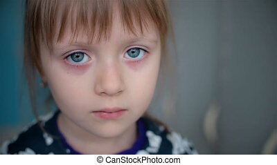 petite fille, vue, triste