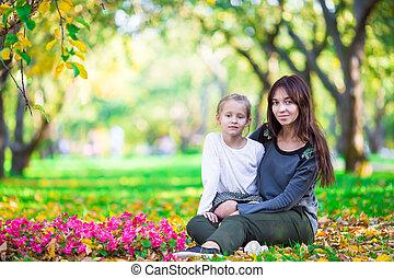 petite mère, parc, automne, dehors, girl, adorable