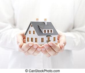 petite maison, jouet, mains