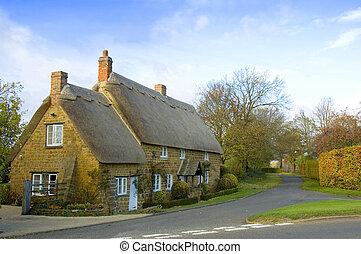 petite maison, toit couvert chaume