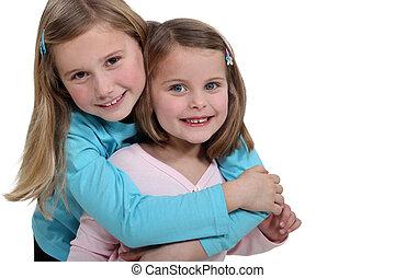 petites filles, deux, embrasser