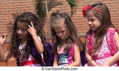 petites filles, enfants, femme, ou