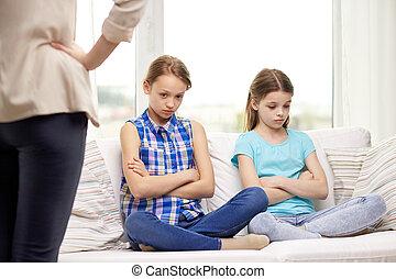petites filles, sofa, séance, coupable, désordre, maison