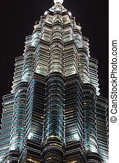 petronas, torre, caracterizado, em, céu noite, kuala lumpur,...