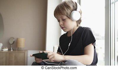 peu, écoute, musique, écouteurs, rebord fenêtre, garçon