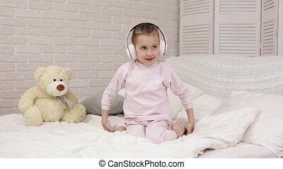 peu, écouteurs, musique écouter, enfant, dorlotez fille