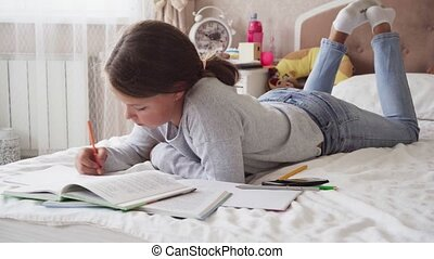 peu, écrit, lit, cahier, regarde, maison, girl, livre