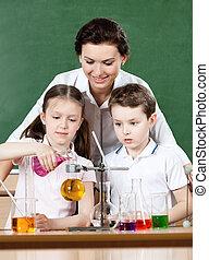 peu, élèves, différent, verser, chimique, flacons, liquides