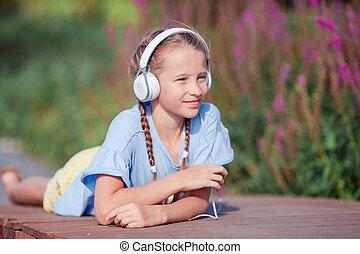 peu, adorable, girl, écoute, musique, dans parc