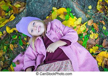 peu, adorable, girl, dans, automne, parc, sur, ensoleillé, diminuez jour
