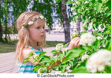 peu, adorable, girl, près, fleurs blanches, dans jardin
