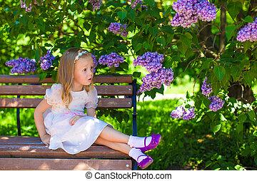 peu, adorable, girl, près, fleurs, dans jardin
