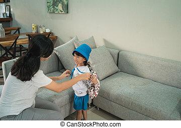 peu, aide, elle, sac à dos, maman, mettre, girl