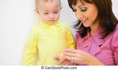 peu, alimentation, fille, elle, jeune, contre, fond, mère, orange, blanc