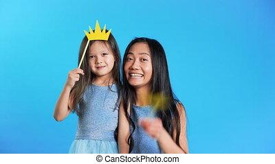 peu, amusement, mère, fille, papier, avoir, couronne, mignon...