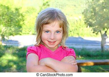 peu, appareil-photo revêtement, blonds, portratit, fille souriante, heureux