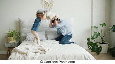 peu, appartement, oreillers, jeune, combat, fils, lit, amusement, avoir, homme