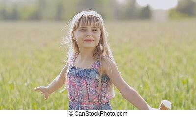 peu, blé, virages, beautifully, ensoleillé, jeune, glace, chaud, field., contre, fond, mains, girl, crème, après-midi