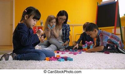peu, blocs, construire, fille asiatique, jouer