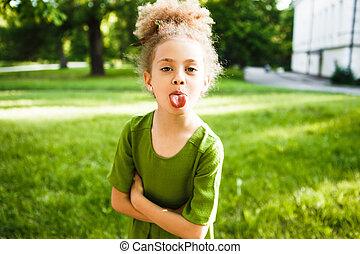 peu, bouclé, elle, girl, tongue., spectacles