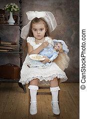 peu, caucasien, girl, est, alimentation, elle, poupée