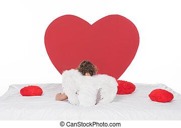 peu, chérubin, à, ailes, coucher lit, à, cœurs, isolé, blanc