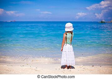 peu, chapeau, regarder, mer sable, girl, plage, blanc, vue postérieure