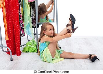 peu, chaussures, elle, mère, girl, essayer, vêtements