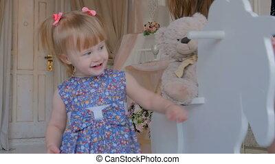 peu, cheval bois, jouer, balancer, girl
